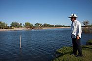 Bernardo Esquer osserva i lavori per una centrale idroelettrica sul Rio Fuerte