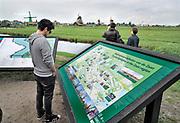 Nederland, Zaanse Schans, Zaandijk, 28-8-2018Toeristen bij de molens van de Zaan.Toerisme is een grote inkomstenbron voor de bv Nederland.Foto:Flip Franssen