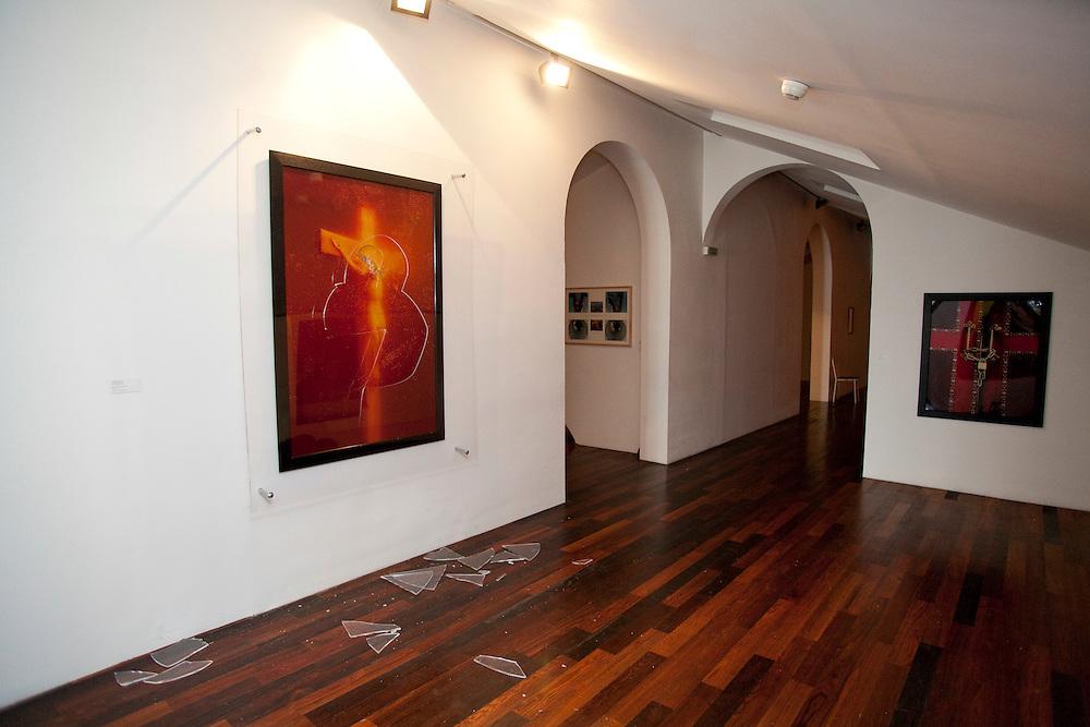 OEUVRE DETRUITE A LA COLLECTION LAMBERT(2011).Le PissChrist, photographie controversée de l'artiste Andres Serrano, a été  détruite dimanche a la collection lambert en Avignon où elle était exposée.