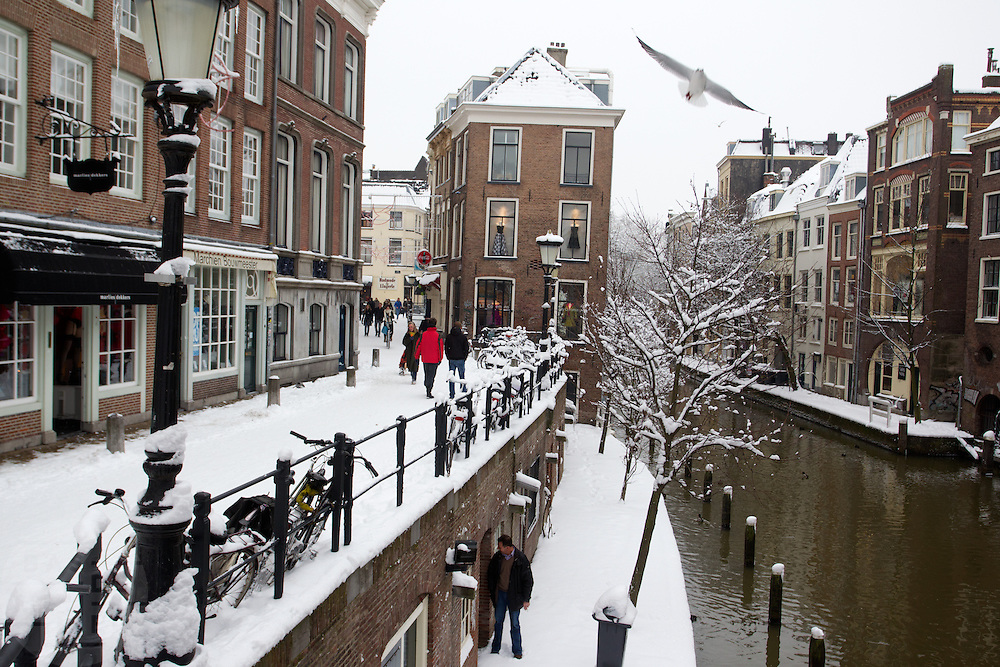 Een besneeuwde Lichte en Donkere Gaard in Utrecht.<br /> <br /> Snow at the center of Utrecht.