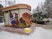 Nowosibirsk/Russische Foederation, RUS, 18.11.07: Bushaltestelle mit Werbung in einem Aussenbezirk der sibirischen Hauptstadt Nowosibirsk. <br /> <br /> Novosibirsk/Russian Federation, RUS, 18.11.07: Bus stop with commercials in a suburb of the capital city Novosibirsk.