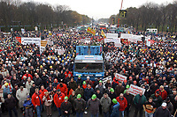 07 NOV 2002, BERLIN/GERMANY:<br /> Demonstration gegen die Kuerzung der Eigenheimzulage, Kundgebung vor dem Brandenburger Tor<br /> IMAGE: 20021107-01-089<br /> KEYWORDS: Demo, Bau, Baugewerbe, Kürzung, Demostrant, demonstrator, Subventionen