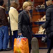 NLD/Laren/20060218 - Hannie de Mol met boodschappentas in Laren