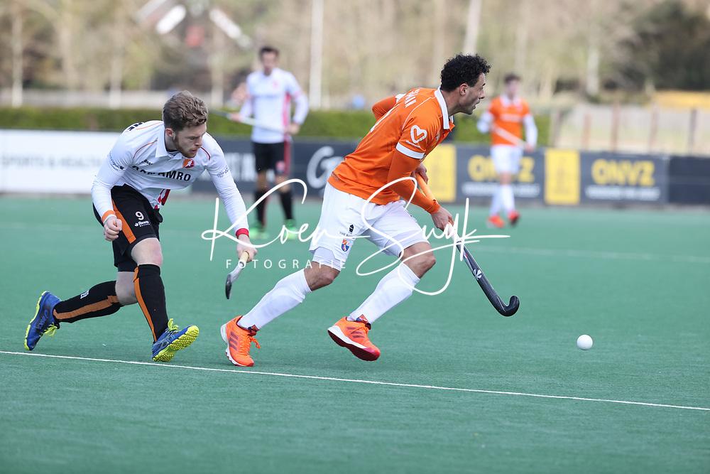 BLOEMENDAAL - Jim van de Venne (Oranje Rood) met Glenn Schuurman (Bldaal)   tijdens de hoofdklasse hockeywedstrijd heren , Bloemendaal-Oranje Rood  (3-1).  COPYRIGHT  KOEN SUYK