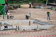 Nederland, Oosterhout, 23-4-2019Aan de voet van de dijk in dit dorp bij Nijmegen in Gelderland worden een aantal nieuwe huizen gebouwd in de vrije huursector en als koophuis. Hogewei wordt gebouwd door de Klokgroep .Foto: Flip Franssen