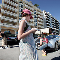 Monaco, 6 augustus 2009. .De haven van Monaco, gelegen in het stadsdeel Condamine, is gekend door de vele superjachten en cruiseschepen die er aangemeerd liggen, het een al luxueuzer dan het andere. De Grand Prix van Monaco begint en eindigt hier ieder jaar..Het staatje Monaco grenst aan Frankrijk en de Middellandse Zee. Monaco heeft een oppervlakte van nog geen 2 km en heeft ongeveer 32. 000 inwoners. Daarmee is Monaco het dichtstbevolkte land ter wereld. Monaco telt twee steden: Monte-Carlo en Monaco-ville, de oude stad..Foto:Jean-Pierre Jans..Monaco, 6th august 2009. The Port of Monaco in the Condamine District, with many very luxurious super yachts  and cars. Tourists are making pictures in front of a Maserati.