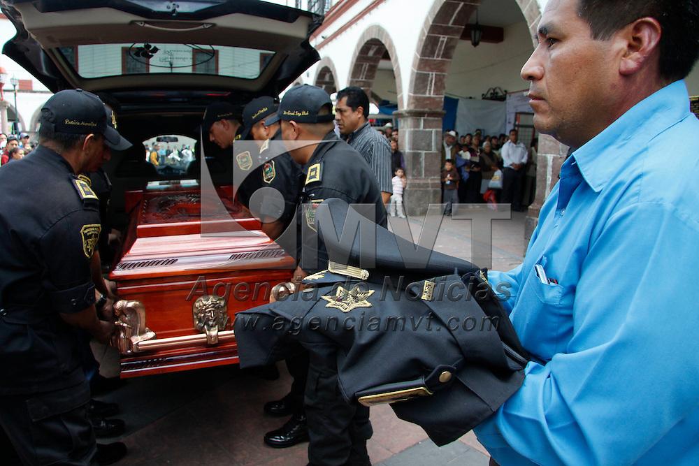 Tenango del Valle, México.- Familiares, amigos y policías municipales, rinden honores en la alcaldía  al comandante, Israel Arriaga González,  quien fuera asesinado esta madrugada de múltiples disparos de armas de fuego en la carretera a  Tlanisco. Agencia MVT / Crisanta Espinosa