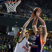 Fenerbahce Ulker's Darjus LAVRINOVIC (L) and Power Electronics Valencia's Robertas JAVTOKAS (R) during their Euroleague Basketball Top 16 Game 2 match Fenerbahce Ulker between Power Electronics Valencia at Sinan Erdem Arena in Istanbul, Turkey, Thursday, January 27, 2011. Photo by TURKPIX