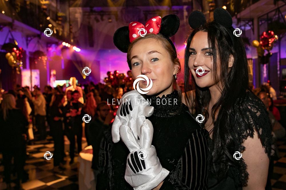 AMSTERDAM - In het NH Collection Grand Hotel Krasnapolsky hield Mickey zijn 90ste verjaardag. Met hier op de foto Carolien Spoor en Esther Louise Dorhout Mees. FOTO LEVIN DEN BOER - LDBFOTO.NL