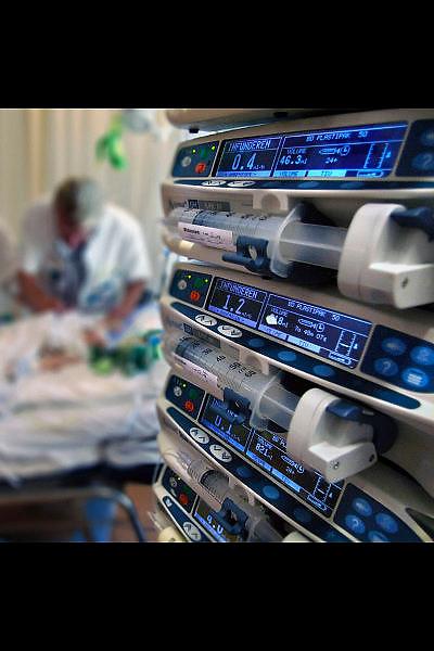 Nederland, Nijmegen,  20-5-2009Met medicijnpompen wordt op de kinder-ic een patientje intraveneuse medicatie toegedient terwijl een kinderarts onderzoek doet. Foto: Flip Franssen