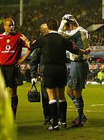 Fotball<br /> FA-cup 2005<br /> Everton v Manchester United<br /> 20. februar 2004<br /> Foto: Digitalsport<br /> NORWAY ONLY<br /> Man Utd's Roy Carroll after being struck on the head by an object thrown from the crowd