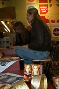 Trijntje Oosterhuis en Do signeren hun single in Fame Music Amsterdam. De twee zangeressen hebben een single gemaakt met een dubbele a-kant. Trijntje Oosterhuis heeft samen met Candy Dulfer het nummer 'Merry Christmas baby' opgenomen en Do laat op 'Everyday is Christmas' horen waarom de hele wereld zo dol is op deze zangeres.