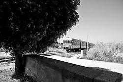 automotrice delle ferrovie Sud Est in transito; si tratta di un convoglio della Breda risalente al 1959 e che presto sarà sostituito da più moderni convogli dotati di tutti i conforts.  Reportage che racconta le situazioni che si incontrano durante un viaggio lungo le linee ferroviarie SUD EST nel salento.