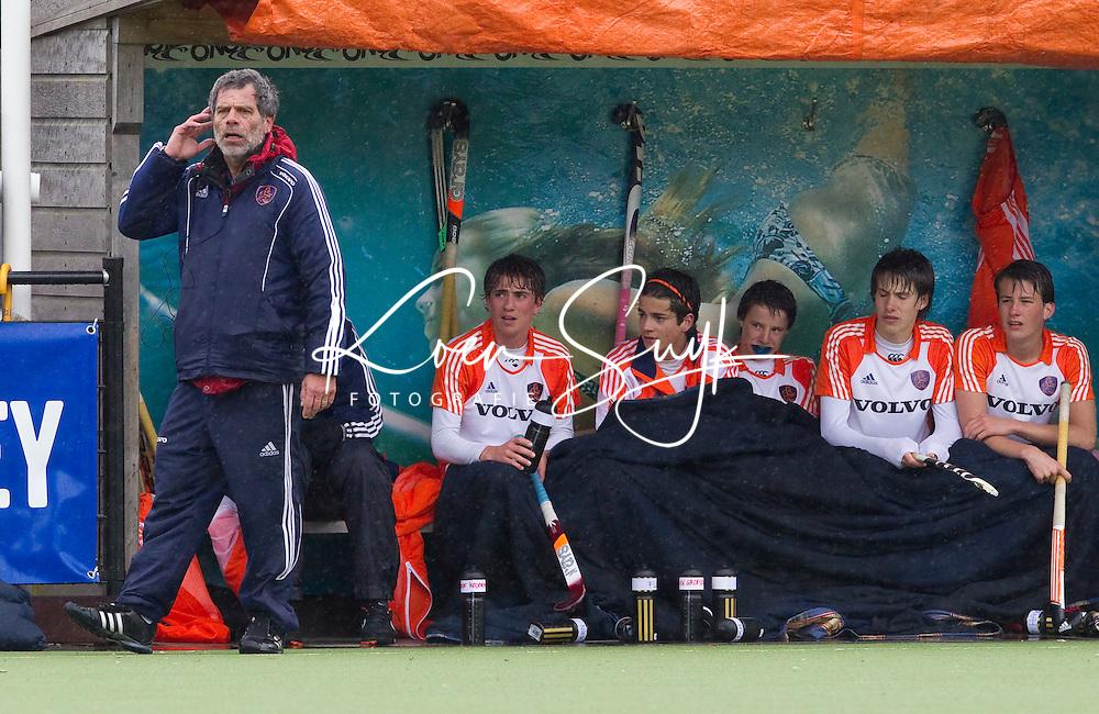 AERDENHOUT - 09-04-2012 - Bondscoach Alejandro Verga bij de dug-out, maandag tijdens de finale tussen Nederland Jongens A en Engeland Jongens A  (3-3) , tijdens het Volvo 4-Nations Tournament op de velden van Rood-Wit in Aerdenhout. Engeland wint met shoot-outs. FOTO KOEN SUYK