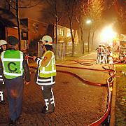 NLD/Huizen/20060310 - Uitslaande brand leegstaand pand de Boketorren Hermelijn Huizen, overleg officieren brandweer en politie