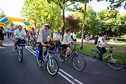 Een grote stoet fietsers rijdt door Nijmegen tijdens de Mass Bike Parade, een onderdeel van Velo-City 2017. In Nijmegen wordt de internationale conferentie Velo City gehouden. Tijdens het meerdaags congres praten beleidsmedewerkers en de fietsindustrie over het gebruik van de fiets in het dagelijks leven. Daarnaast zijn er tal van fietsgerelateerde activiteiten.<br /> <br /> In Nijmegen the bike related congress Velo City 2017 is held. From all over the world people come to talk about the use of the bicycle as a way of transportation.