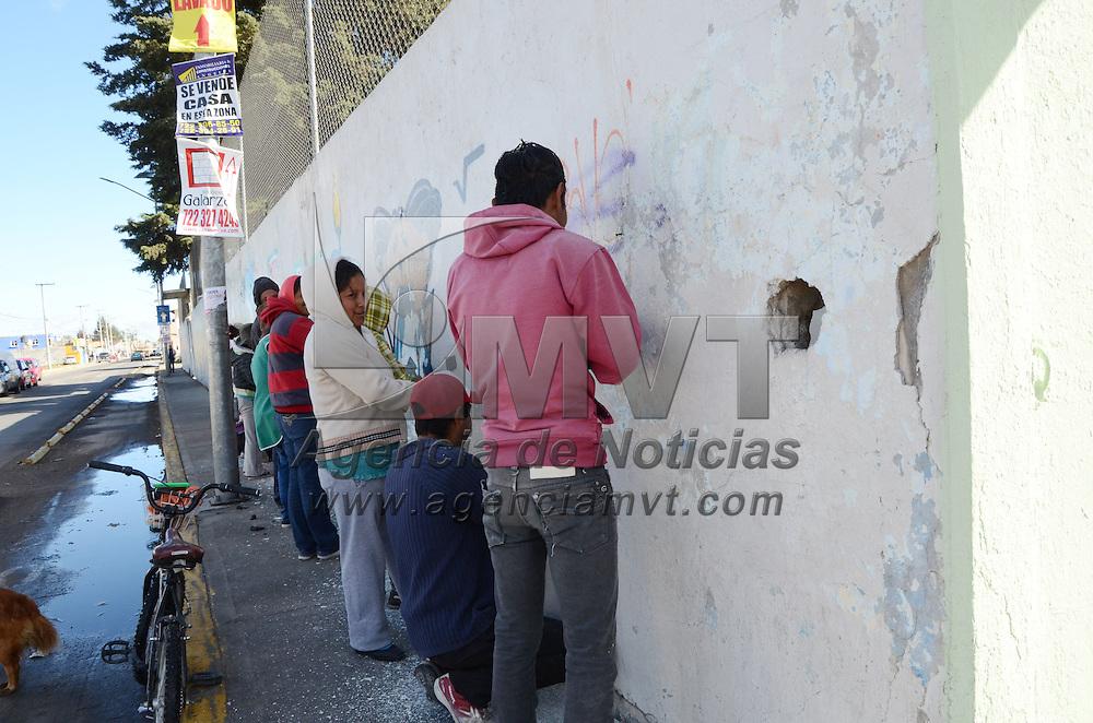 METEPEC, México.- Personas del municipio de Metepec, contratadas en el programa empleo temporal, realizan trabajos despintando bardas grafiteadas de la escuela Luis Pasteur, de la delegación de San Gaspar dentro del programa escuela digna. Agencia MVT / José Hernández. (DIGITAL)