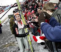 Hopp Ski Jumping<br /> World Cup Verdenscup<br /> 18.03.07<br /> Holmenkollen<br /> Anders Jacobsen - Norge / Norway koster på seg et smil med autografjegerne - smiling<br /> Foto - Kasper Wikestad
