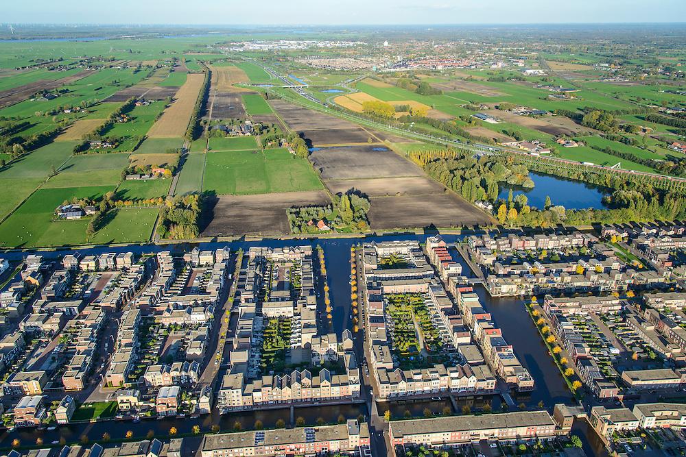 Nederland, Utrecht, Amersfoort, 24-10-2013; de wijk Vathorst, deelplan De Laak. Het stedenbouwkundig plan (van de stedebouwkundigen West8 met Adriaan Geuze ). Grachtenstad. De nieuwe wijk grenst aan de polders tussen Bunschoten-Spakenburg en Nijkerk (rechts aan de horizon).<br /> New housing district Vathorst in Amersfoort, the urban plan of this Canal City, is based on canals with canal house-style houses. Developed by the urban development agency West8, Adriaan Geuze.<br /> luchtfoto (toeslag op standaard tarieven);<br /> aerial photo (additional fee required);<br /> copyright foto/photo Siebe Swart.