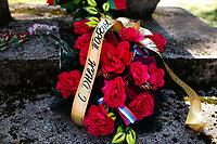 Bialystok, 09.05.2021. Obchody Dnia Pobiedy - Dnia Zwyciestwa w 76. rocznice zakonczenia II wojny swiatowej, zorganizowane przez Rosyjskie Stowarzysznie Kulturalno-Oswiatowe w Polsce (RSKO). Dzien Pobiedy jest obchodzony w rocznice zwyciestwa nad faszyzmem i zakonczenia 2. Wojny Swiatowej w Europie. W Europie Zachodniej to swieto obchodzi sie 8 maja a w Rosji 9 maja. N/z wiazanka kwiatow z szarfa w jezyku rosyjskim fot Michal Kosc / AGENCJA WSCHOD