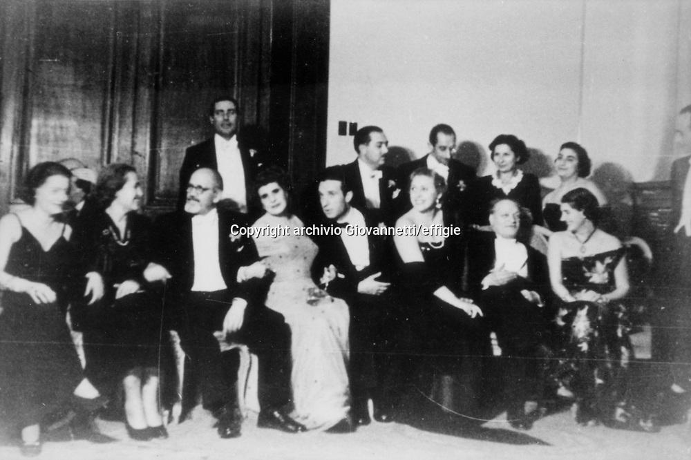 Gianna Manzini (quarta da sinistra), Giuseppe Ungaretti (settimo da sinistra)<br />Premio Taranto 1950<br />archivio Giovannetti/effigie