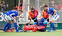 EINDHOVEN - Drukte voor het doel van keeper Pirmin Blaak (Oranje-Rood)  en Mink van der Weerden (Oranje-Rood)   tijdens  hoofdklasse competitie wedstrijd hockey heren ORANJE-ROOD - KAMPONG (2-2). Kampong plaatst zich voor de play offs. rechts Martijn Havenga (Kampong) en links Philip Meulenbroek (Kampong) COPYRIGHT KOEN SUYK
