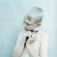 HOLDING av Anna Clarén