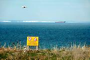 Frankrijk, Sangatte, 9-4-2006..Uitzicht op Het Kanaal, Nauw van Calais, Street of Dover, Straat van Calais, vanaf Cap Griz Nez. In de verte is de kust, krijtkust, krijtrots, van Engeland te zien. Een bord, waarschuwingsbord, met verbod te dicht langs de rand te lopen...Foto: Flip Franssen/Hollandse Hoogte