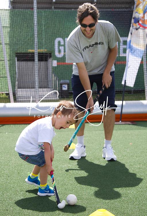 DEN HAAG - De Spaanse Esteban , (2jaar en 5 maanden oud), leeft zich uit op het hockeyveldje op Kidsplaza. Rabobank World Cup Hockey 2014 . COPYRIGHT KOEN SUYK