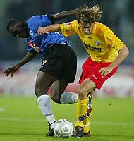 Fotball<br /> 2. Bundesliga - Tyskland - 2003/2004<br /> Foto: Digitalsport<br /> NORWAY ONLY<br /> <br /> Isaac BOAKYE - Jan MÄNNER Karlsruher SC<br /> Arminia Bielefeld - Karlsruher SC