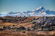 I colori dell'autunno sulle colline di Langa, in Piemonte sullo sfondo il Monviso
