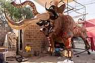 Una mezcla de torito y mamut se realiza en Tultepe, Mexico.  /  A mix of torito