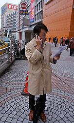 Jovem executivo falando no celular no centro de Tókio. FOTO:Jefferson Bernardes/Preview.com