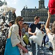 Amsterdam, 05-04-2014. Zaterdag 5 april vinden er in grote steden over de hele wereld massale kussengevechten plaats: International Pillow Fight Day. Wat acht jaar geleden in New York begon, vindt nu in zo'n 150 steden plaats. In Nederland is de Dam in Amsterdam vanaf 15.00 uur het toneel van lieftallige knokpartijen. Het gratis evenement draait om één ding: having fun. Niet in een park, om de natuur te beschermen. Een kussengevecht is voor alle leeftijden, verbroedert en kan de aansporen tot andere ludieke acties.
