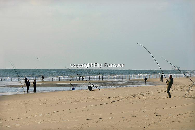 Nederland, Rotterdam, 15-9-2016Zeevissers op het strand van de 2e, tweede, maasvlakte.Foto: Flip Franssen