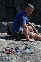 en klatrer og et Kilesett, A climber and a set of nuts