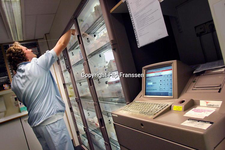 Nederland, Enschede, 11-7-2013Pyxis kasten op de IC in het Medisch Spectrum. Een met vingerafdruk beschermd systeem om medicijnen, geneesmiddelen, vrij te geven en fouten te beperken.Foto: Flip Franssen/Hollandse Hoogte