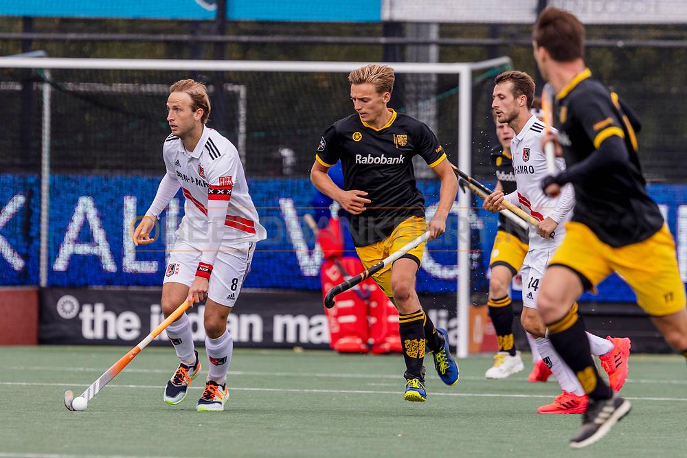 DEN BOSCH -  Hockey TULP Hoofdklasse Heren: Den Bosch v Amsterdam (5-1), seizoen 2020-2021.<br /> Foto: Billy Bakker (Amsterdam, captain) met Noud Schoenaker (Den Bosch)