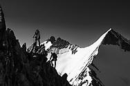 Impressionen von der Überschreitung des Dirruhorns (4035) von der Bordier-Hütte auf dem Riedgletscher über ein Couloir bis auf das Dirrujoch und via Gipfel auf dem Nordgrat bis zur Selle und über dieses Couloir retour. Im Aufstieg auf dem Südgrat kurz vor dem Gipfel