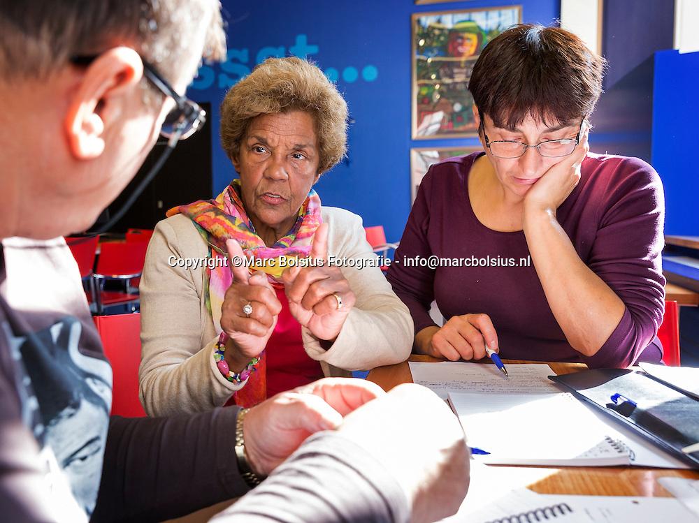 Nederland,  Den Bosch, Agnes Gooding voor de rubriek Mijn Weekend. Agnes geeft al 20 jaar nederlandse les op zondagmorgen op vrijwillige basis   aan asielzoekers en laaggeletterde nederlandsers in de bieb , Harr nummer is 073- 6129892