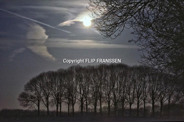 Nederland, Persingen, 19-2-2019De grootste supersneeuwmaan van het jaar. Om 16.53 uur is het boven Nederland volle maan. Ruim drie uur later staat de maan het dichtste bij de aarde. Iets na 20.00 uur is het middelpunt van de maan 'maar' 356.762 kilometer van ons vandaan, de kortste afstand van dit jaar. Gemiddeld staat de maan op zo'n 384.000 kilometer van de aarde.Foto: Flip Franssen