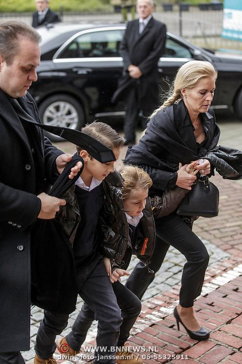 NLD/Fijnaart/20150110 - Uitvaart Chris Bauer, aankomst familie, Frans Bauer, partner Mariska en kinderen