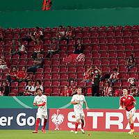 11.09.2020, Opel Arena, Mainz, GER, DFB-Pokal, 1. Runde TSV Havelse vs 1. FSV Mainz 05<br /> , im Bild<br />Seit langer Zeit wieder Zuschauer in der Opel Arena, die Spieler werden begrüßt.<br /> <br /> Foto © nordphoto / Bratic