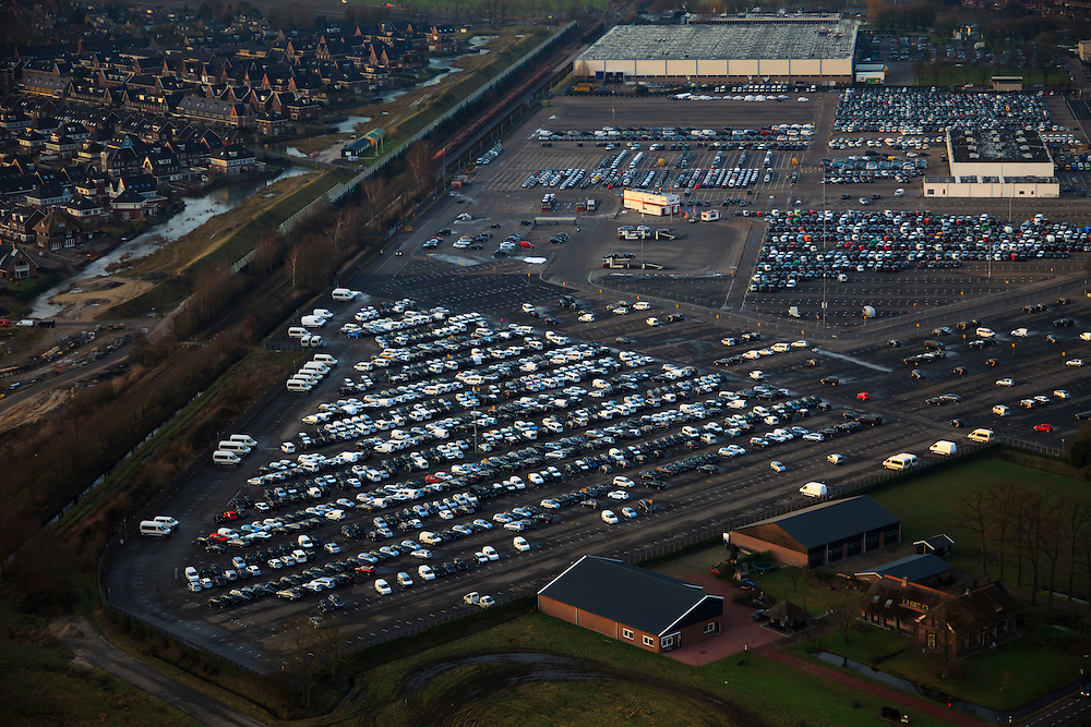 Nederland, Utrecht, Leusden, 10-01-2011;.Parkeerterrein en gebouwen van PON automobielbedrijf bedrijven, importeur vano.a.  Volkswagen (VW), Audi, Seat, Skoda, Porsche. Het parkeerterrein is niet helemaal gevuld, nieuwe autoverkoop is teruggelopen door de financiele crisis..Linksboven Leusden-Zuid. .luchtfoto (toeslag), aerial photo (additional fee required).foto/photo Siebe Swart