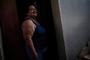 Una donna all'interno di una palazzina popolare nel quartiere Tamburi. Christian Mantuano/OneShot