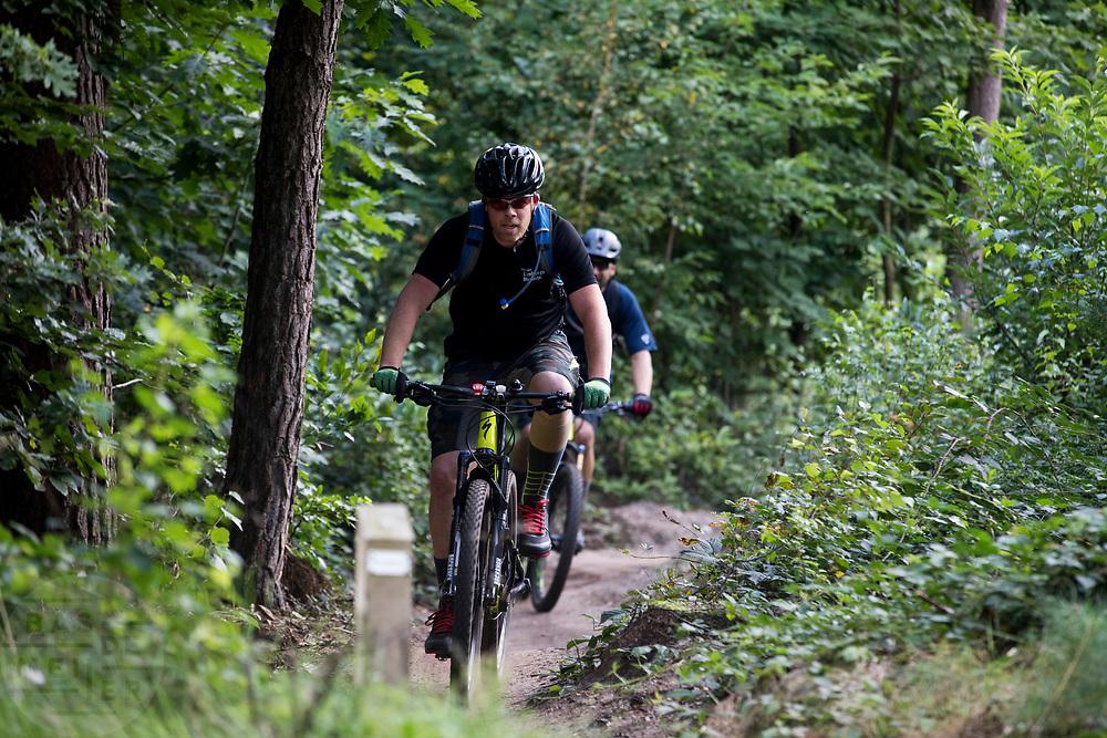 In Austerlitz rijden mountainbikers over het speciaal aangelegde parcours. Op de Utrechtse Heuvelrug mag alleen op de speciale routes gemountainbiket worden.<br /> <br /> In Austerlitz mountainbikers ride at the single track in the woods.