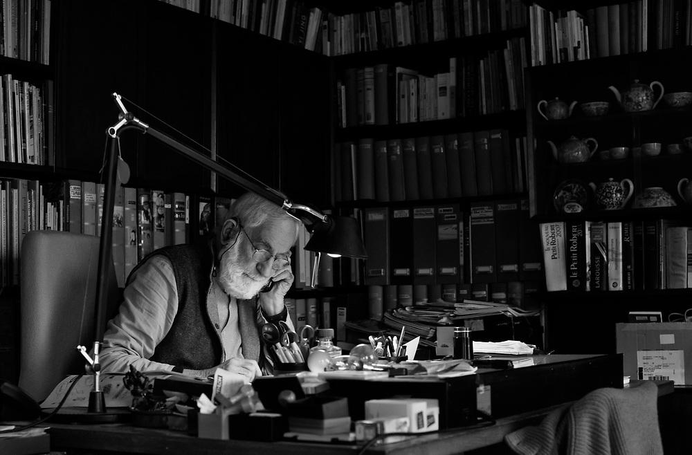 Roland Michaud à son bureau. Paris.