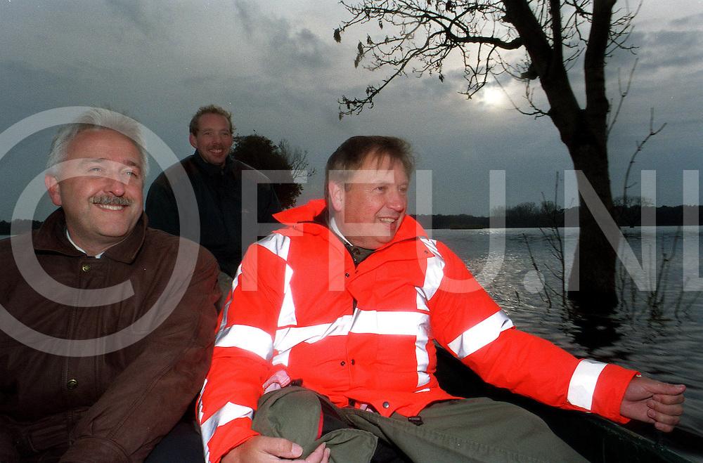 fotografie frank uijlenbroek©1998/Frank Brinkman<br />981102 ommen ned<br />gem sec mulder en burg kobes (zich goed vast houdend)op bezoek bij boer kodden per boot