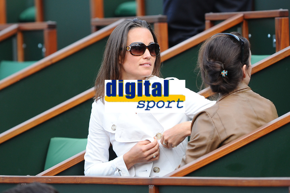 TENNIS - GRAND CHELEM - ROLAND GARROS 2011 - PARIS (FRA) - DAY 9 - 30/05/2011 - PHOTO : ANTOINE COUVERCELLE / TENNIS MAG / DPPI - PIPPA MIDDLETON AT THE FRENCH OPEN WITH FRIENDS