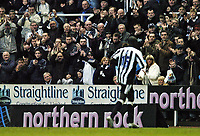 Fotball<br /> FA-cup 2005<br /> Newcastle v Coventry<br /> 29. januar 2005<br /> Foto: Digitalsport<br /> NORWAY ONLY<br /> Newcastle debutant Amdy Faye leaves the pitch to a standing ovation following a goalscoring, barnstorming display.